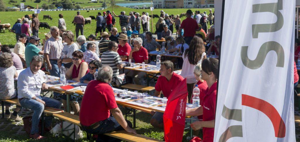 Verantstaltungen Surselva Tourismus, Fest draussen mit Festbänken und Menschen Sommer Brigels