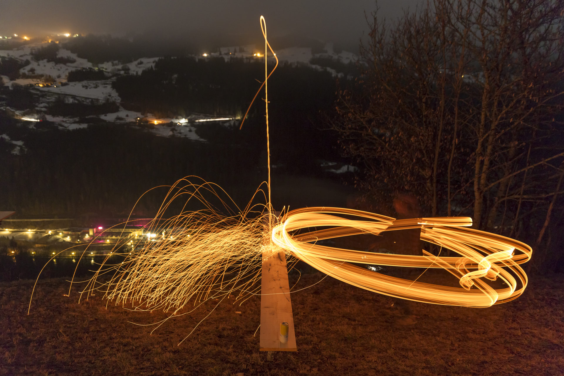 Winternacht mit Feuer und glühendem Holz. Schibettas